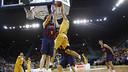 Marcelinho Huertas goes for a block against Gran Canaria / ACB MEDIA