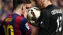 Leo Messi conversa amb Cristian Álvarez abans de llançar el penal / MIGUEL RUIZ - FCB