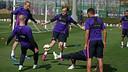 """Les joueurs du Barça font un """"toro"""" à l'entraînement / ARCHIVE-FCB"""