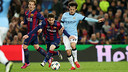 Leo Messi battles for the ball with David Silva. / MIGUEL RUIZ - FCB