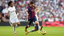 Leo Messi slices through defenders in this year's first El Clásico at Madrid. / MIGUEL RUIZ-FCB