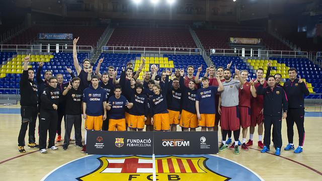 Foto de grup amb els joves de One Team i tot l'equip de bàsquet. Es veuen els logos de la Fundació i One Team