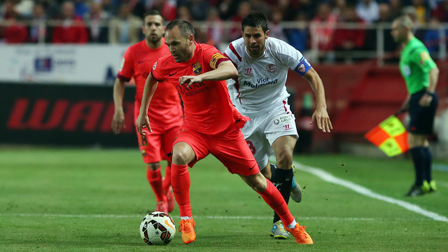 Iniesta carries upfield against Sevilla. / MIGUEL RUIZ - FCB