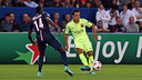 Xavi makes a pass in the match betwen PSG and FC Barcelona at the Parc Des Princes in September. / MIGUEL RUIZ - FCB