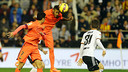 Neymar remata de cap en l'última acció del partit abans del gol a Mestalla / MIGUEL RUIZ - FCB
