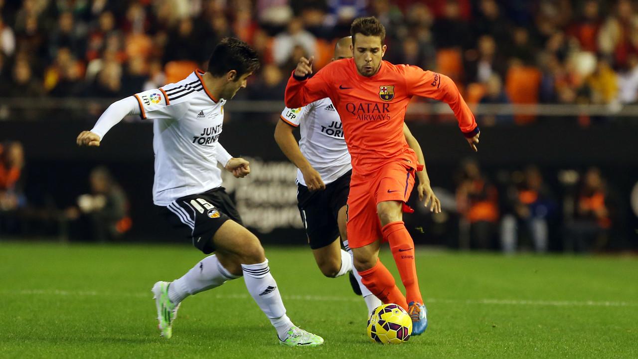Jordi Alba, en una jugada en el partit contra el València a Mestalla / MIGUEL RUIZ-FCB
