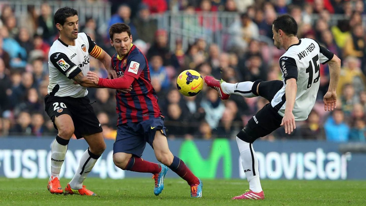 Leo Messi playing against Valencia last season at Camp Nou / MIGUEL RUIZ - FCB