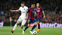 FCB's Dani Alves is pursued by PSG's Javier Pastore during Tuesday night's match at Camp Nou. / MIGUEL RUIZ-FCB