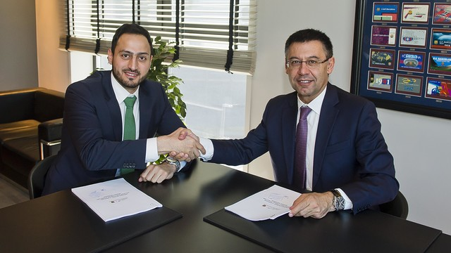 Fitness Time Director of Operations Fahad Al Haqbani and Josep Maria Bartomeu, during the signing. / FCB