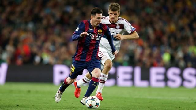 Messi, correndo ao lado de um jogador do Bayern