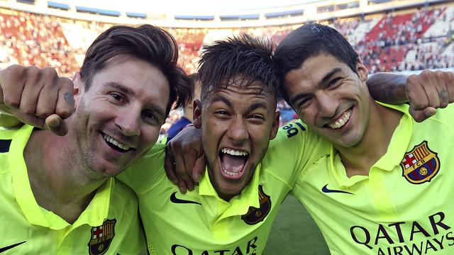 Messi, Neymar e Suárez abraçados para uma foto