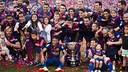 Els jugadors celebren el títol de Lliga sobre la gespa del Camp Nou / VICTOR SALGADO - FCB