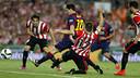Messi chuta na presença de um rival