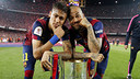 Alves and Neymar pose with the Spanish Cup. / MIGUEL RUIZ - FCB