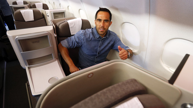 Claudio Bravo is happy to have a window seat. / MIGUEL RUIZ-FCB