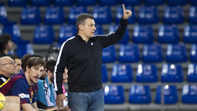 Xavi Pascual, dirigiendo un partido del Barça de balonmano / FOTO: ARCHIVO VICTOR SALGADO - FCB