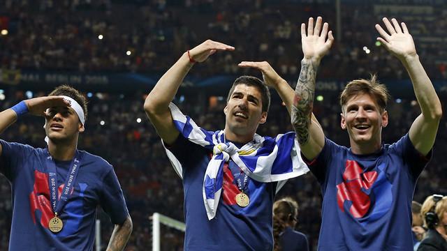 Neymar, Suárez e Messi, cumprimentam a torcida no 'Olympiastadion de Berlim