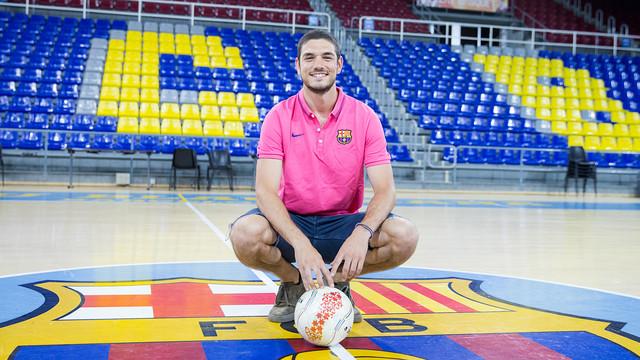 Marc Tolrà encima del escudo del Barça en el Palau Blaugrana