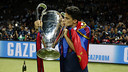 Marc Bartra with the Club's fifth European Cup / MIGUEL RUIZ-FCB