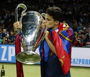 Marc Bartra, beijando o troféu da Champions League 2014/15.