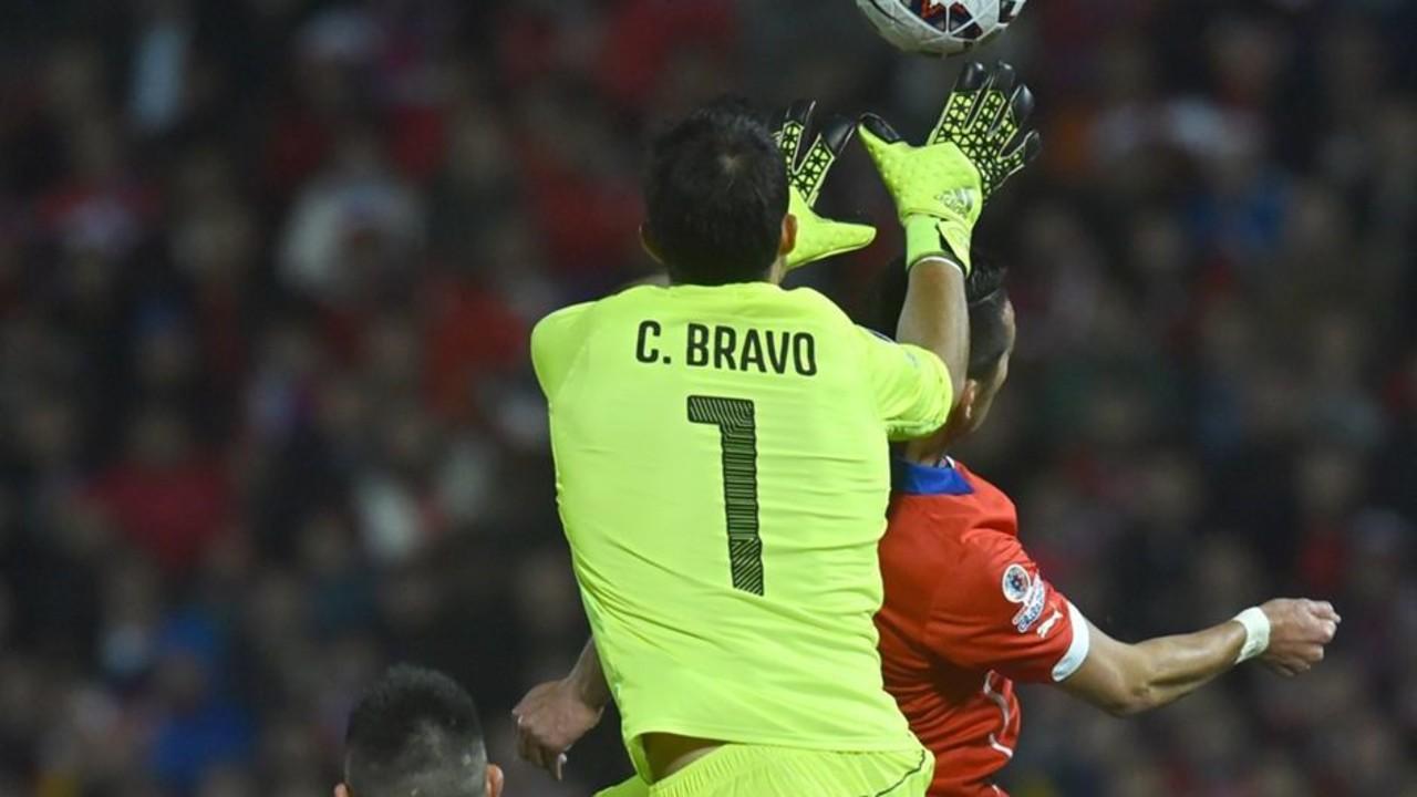 Bravo, durante el partido de cuartos con Uruguay / CA2015.COM