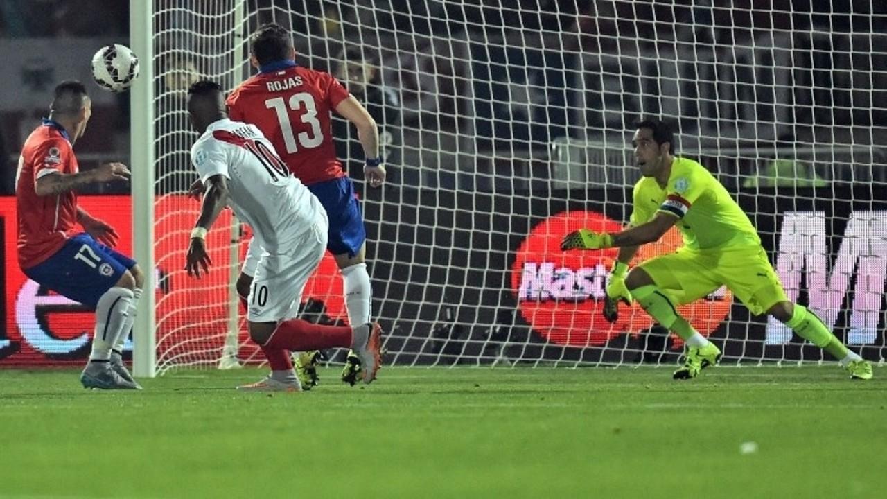 Bravo, contra el Perú / CONMEBOL.COM