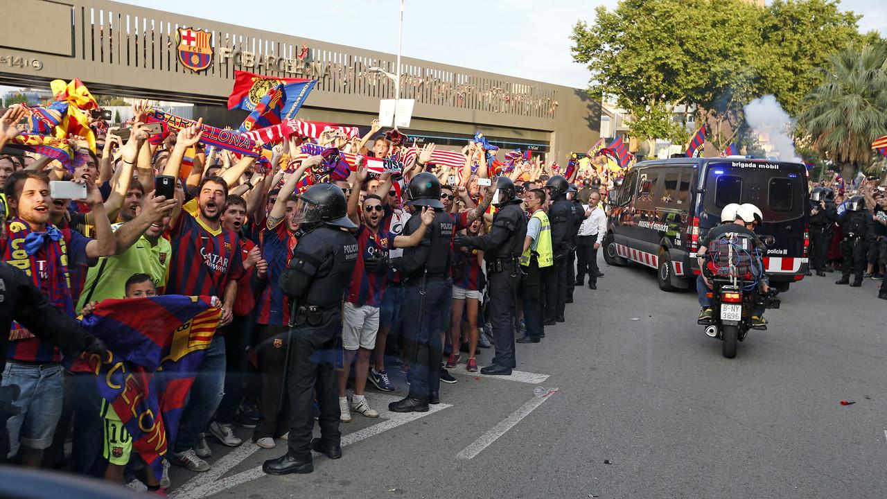 A torcida do Barça esperando a equipe na chegada ao Camp Nou / MIGUEL RUIZ