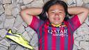 Leanna con la bota firmada de Neymar. VÍCTOR SALGADO / FCB