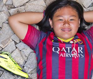 La Leanna estirada a terra mirant al cel amb la bota de Neymar al costat