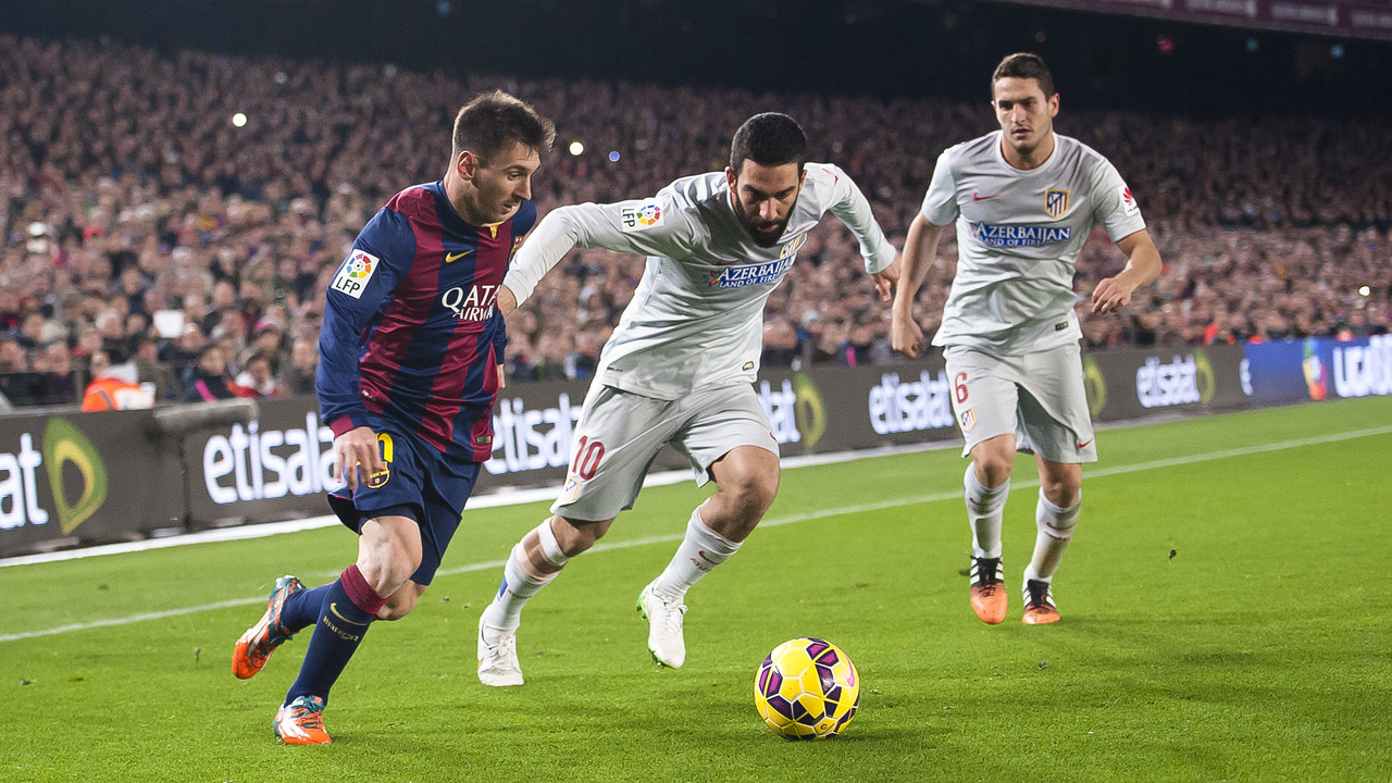 Arda Turan with Messi in the game against Atlético last season / MIGUEL RUIZ - FCB