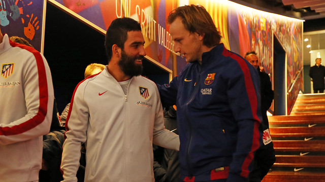 Arda Turan chats to Rakitic in the tunnel at Camp Nou  / MIGUEL RUIZ - FCB