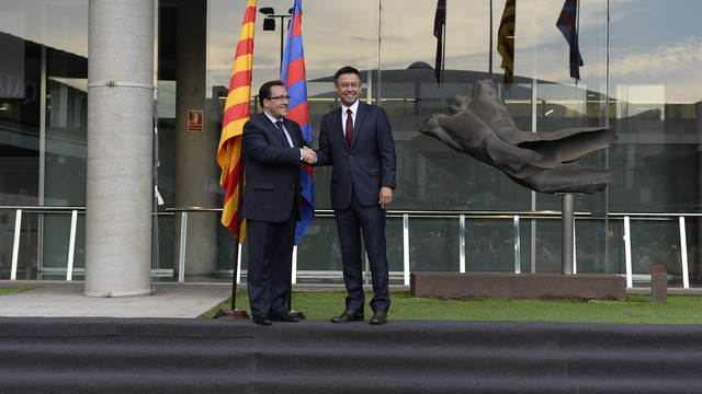 Ramon Adell and Josep Maria Bartomeu formalising the transfer of powers  / ROC HERMS-FCB