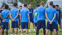 El entrenador, Gerard López, saludando a los jugadores antes del entrenamiento / VICTOR SALGADO-FCB