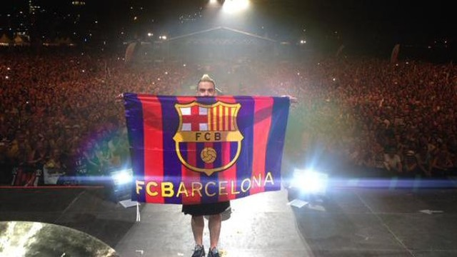 Robbie Williams with the Barça flag / Robbie Williams (Twitter)