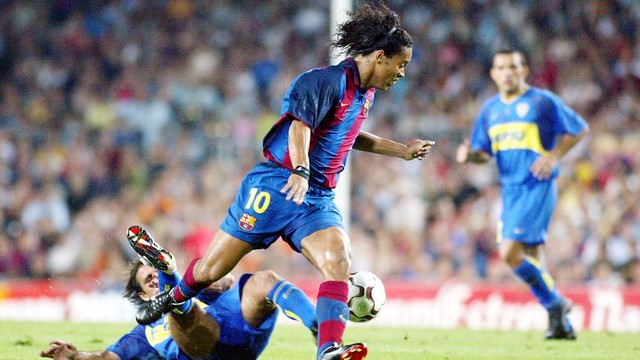 Ronaldinho makes his debut at thel Camp Nou in 2003 / FCB ARCHIVE