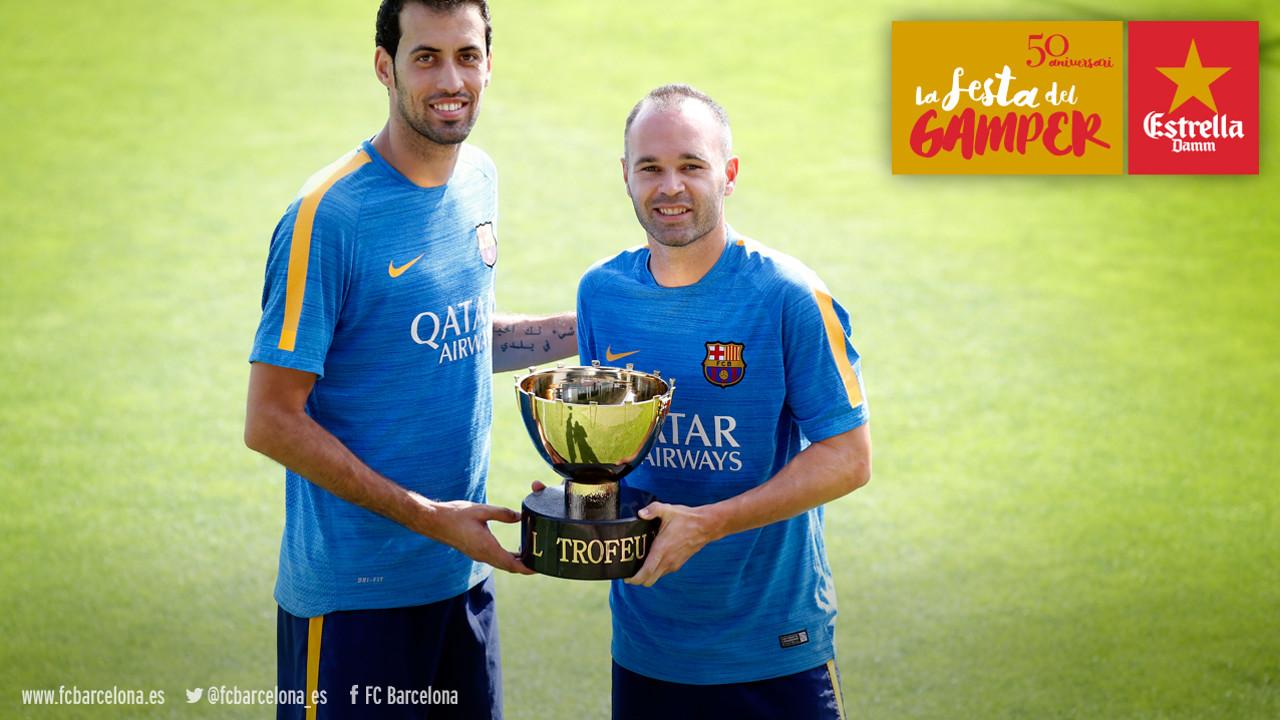 Iniesta y Busquets, con el Trofeo Joan Gamper / FCB