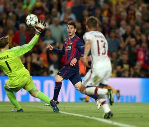 Messi dando um toque sutil diante de Neuer e observado por um zagueiro rival