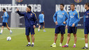 Luis Suárez and Tarín listen to instructions from reserve team assistant manager García Pimienta / MIGUEL RUIZ - FCB