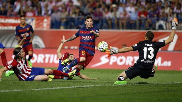 Lionel Messi flicks the ball past Jan Oblak to give FC Barcelona the lead in the 77th minute on Saturday night at the Vicente Calderón Stadium in Madrid. / MIGUEL RUIZ-FCB