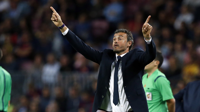 Luis Enrique gives his players instructions on Sunday night. / MIGUEL RUIZ - FCB