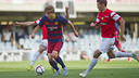 Sergi Samper tries to crack the Hercules defence on Sunday at the Miniestadi. / MIGUEL RUIZ - FCB