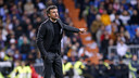Luis Enrique shouts instructions to his players during Saturday's El Clásico in Madrid. / FCB