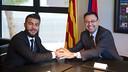 Rafinha i Josep Maria Bartomeu han signat la renovació del migcampista / VÍCTOR SALGADO - FCB