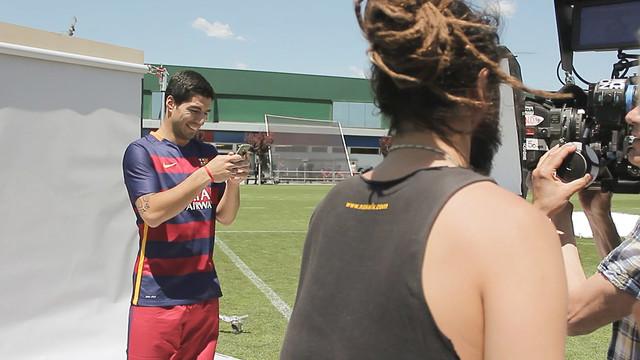 Suárez, simulando estar enviando uma mensagem pelo celular.