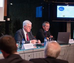 Pau Vilanova, a la derecha, durante su intervención en la ponencia.