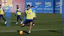 Sergio Busquets trains on Monday at the Ciutat Esportiva. / MIGUEL RUIZ - FCB