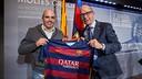 Winner Ernest Castelltort collects his prize from Jordi Cardoner / GERMÁN PARGA FCB