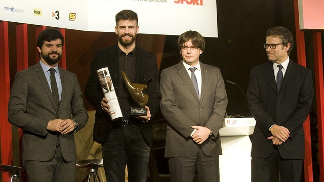 Gerard Piqué with Gerard Esteva, Carles Puigdemont and Joan Vehils of 'Sport'  / PACO LARGO-FCB