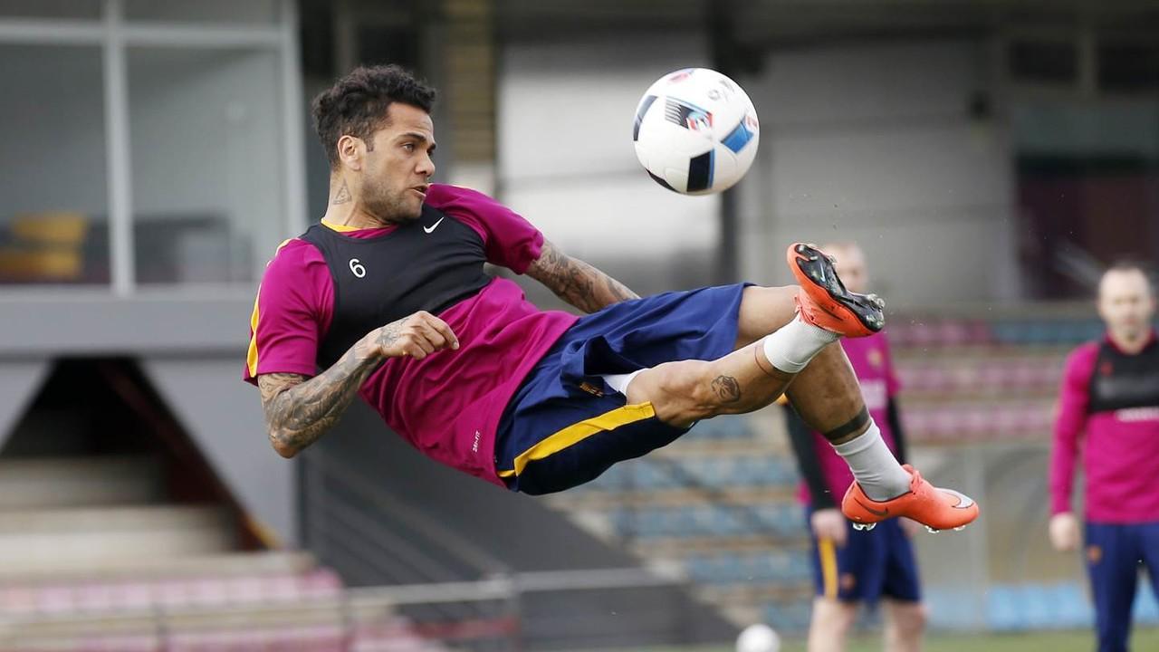 Dani Alves, saat latihan pada hari ini/ MIGUEL RUIZ-FCB