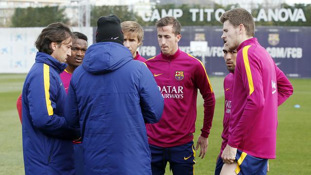 Luis Enrique, talks with Barça B players Kaptoum, Cámara, Romera, Gumbau and Samper. / MIGUEL RUIZ - FCB